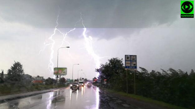 Burza przeszła nad Warszawą. Podtopione ulice, połamane drzewa