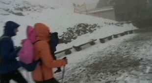 Turyści o zimowych warunkach na Kasprowym Wierchu
