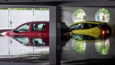 Zalane parkingi, samochody i drogi w Katowicach (PAP/Andrzej Grygiel)