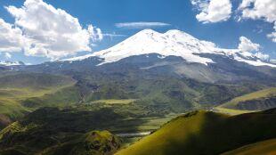 Obfite opady zniszczyły drogę i mosty. Turyści utknęli pod Elbrusem